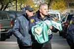 Спецназовец выносит ребенка из зоны спецоперации в Тбилиси