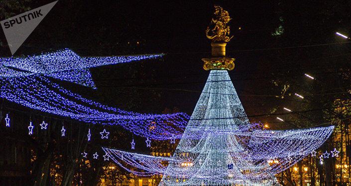 Новогодние украшения на Площади свободы