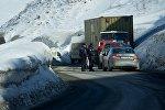 Полиция следит за порядком на Военно-Грузинской дороге во время введения ограничений на движение в зимнее время.