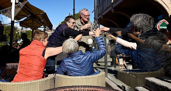 Туристы пьют вино в кафе на Мейдане в историческом центре Тбилиси