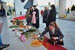 Цветы и свечи у отеля Лео Гранд в Батуми: люди скорбят по погибшим