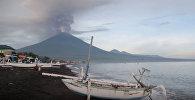 Вулкан Агунг на Бали выбросил столб дыма и пепла