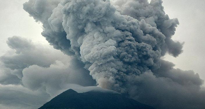 На Бали застряли тысячи туристов после того, как из-за извергающегося вулкана Агунг международный аэропорт острова закрылся на сутки