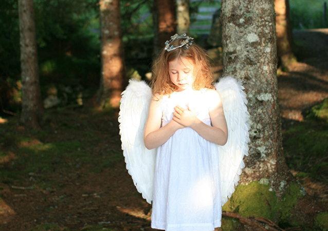ბავშვი ანგელოზის ფრთებით