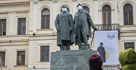 Памятник Илье Чавчавадзе и Акакию Церетели в масках