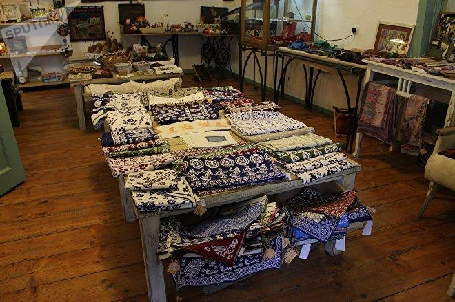 Арт-галерея и магазин, где производят и продают синие скатерти
