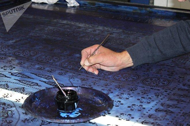 Выводить рисунки на ткани - кропотливый труд