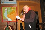 """გია ტოგონიძე კითხულობს საკუთარ ლექსს """"ზაზანოვაში"""" მოწყობილ საღამოზე"""