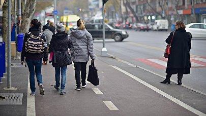 Пешеходы идут по велосипедной дорожке на улице Пекина