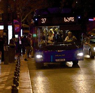 Автобус на автобусной остановке