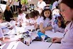 Дети учат рисовать других детей в парке Мзиури