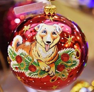 Елочная игрушка с изображением собаки