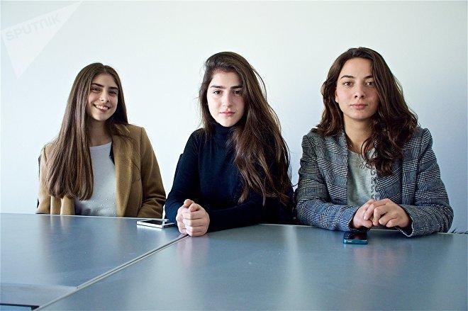 Марина и Шорена Гуджабидзе и их одноклассница Деа Илларионова