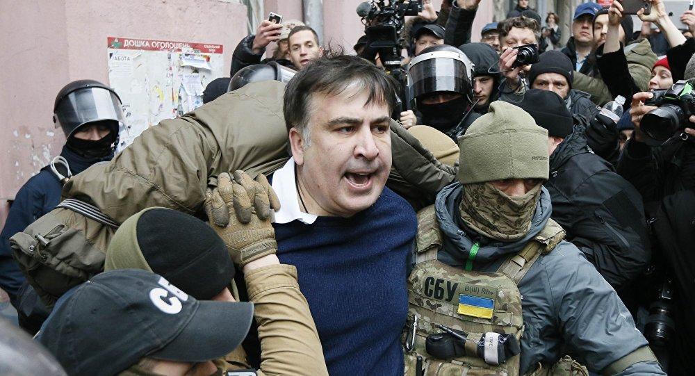 Появилось видео задержания Саакашвили накрыше дома