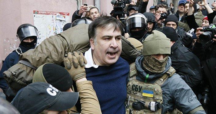 Освобожденный изавтобуса Саакашвили повел народ намайдан