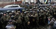 Спецназ окружает микроавтобус с Саакашвили в Киеве