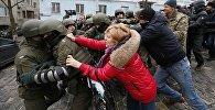 Сторонники Саакашвили в Киеве пытаются блокировать путь микроавтобусу, в котором политика удерживают полицейские