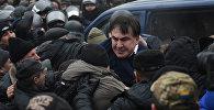 Сторонники Саакашвили освобождают его из микроавтобуса полиции