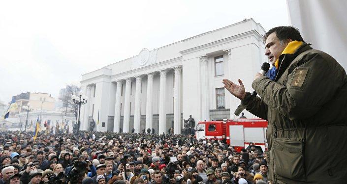 Михаил Саакашвили выступает перед своими сторонниками в Киеве