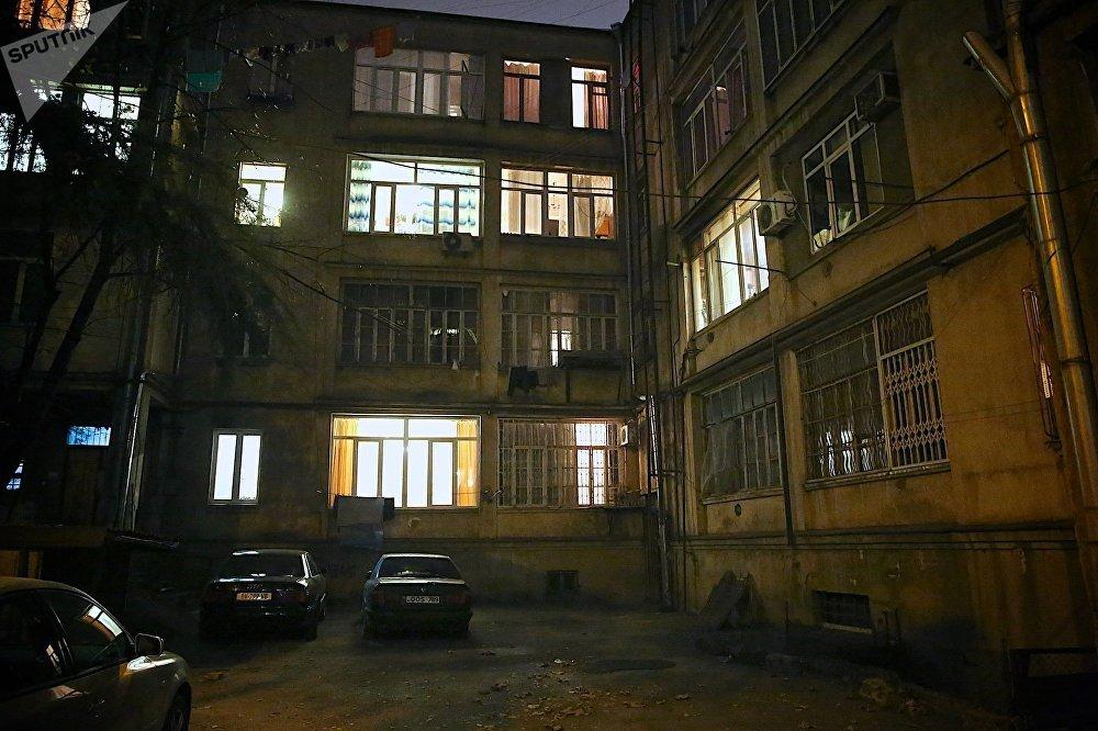 Дадунашвили скончался до того, как его довезли до больницы, а Саларидзе — спустя сутки в реанимации. Обвиняемого в убийстве Дадунашвили задержали 2 декабря, а обвиняемый в убийстве Саларидзе сдался полиции спустя три дня, в понедельник. На фото - обычный жилой дом в самом центре Тбилиси, в этом тихом дворе произошло убийство учеников 51-й школы