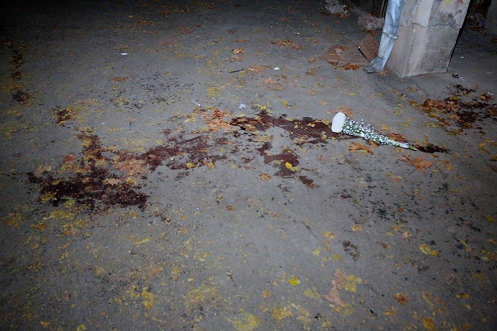 Разборка между школьниками произошла неподалеку от школы №51 на улице Хорава в Тбилиси днем 1 декабря. На фото - цветы на месте, где в массовой драке были убиты ученики 51-й школы