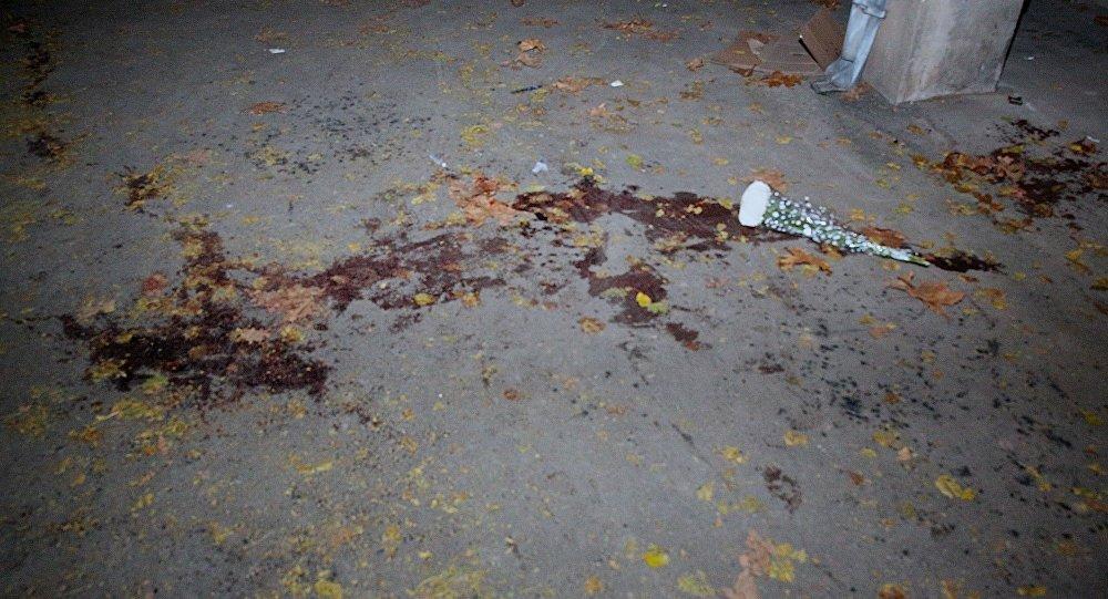 Цветы на месте, где в массовой драке были убиты ученики 51-й школы