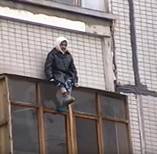 ვიდეოკლუბი: მეცხრე სართულის აივნის სახურავზე ჩამოსკუპებული უშიშარი ბებო