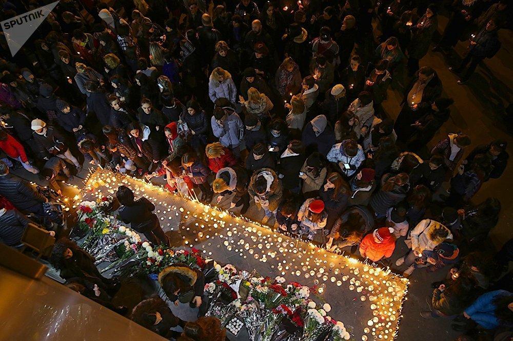 Участие в траурных акциях принимали сотни людей разных возрастов, взрослые и дети