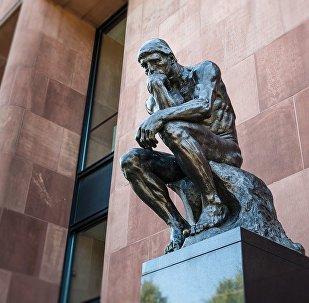 Статуя человека в размышлениях