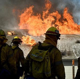 Пожарные работают на месте очагов огня в Калифорнии, США