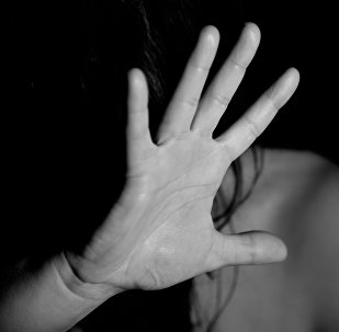 Женщина закрывает лицо рукой