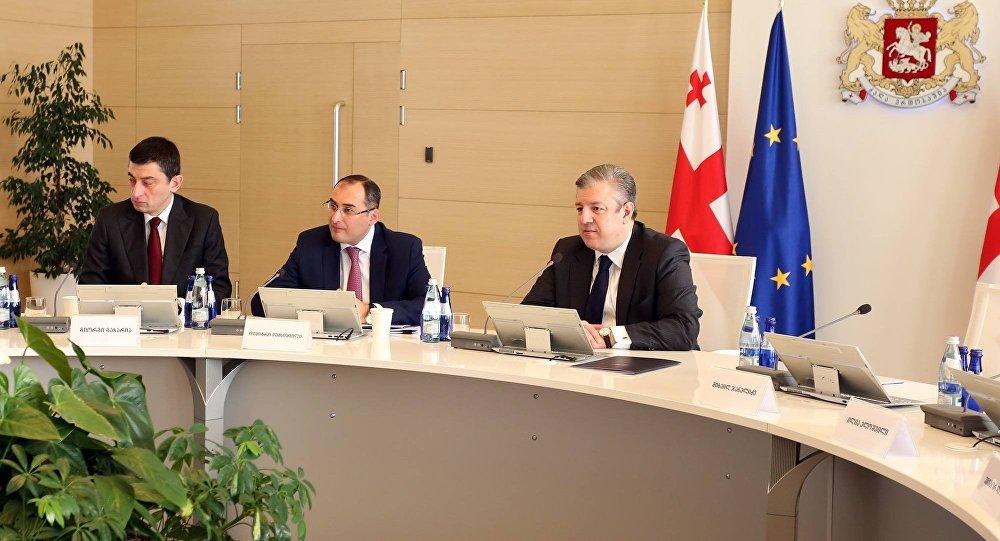 Глава МВД Грузии Георгий Гахария, министр экономики Дмитрий Кумсишвили и премьер Георгий Квирикашвили