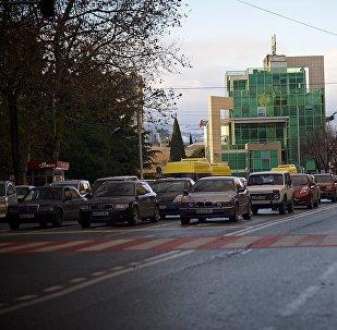 Люди переходят дорогу на перекрестке на проспекте Церетели в Тбилиси