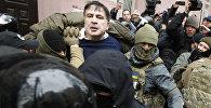 Михаил Саакашвили в Киеве во время задержания полицией