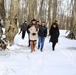 გარემოსა და ბუნებრივი რესურსების დაცვის მინისტრის მოადგილე ეკატერინე გრიგალავა და ესტონეთის ელჩი საქართველოში კაი კაარელსონი საბადურის ტყეში