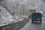 Машины едут по заснеженному Рикотскому перевалу