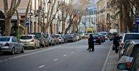 Люди переходят проспект Агмашенебели в историческом центре Тбилиси