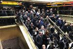 Люди выходят из автовокзала а в Нью-Йорке после сообщений о взрыве