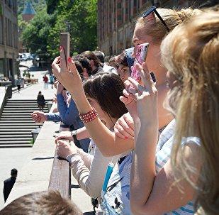 Туристы фотографируют достопримечательности в центре Тбилиси солнечным весенним днем