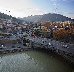 Вид на исторический центр города Тбилиси - Метехский мост, Мейдан и гору Мтацминда