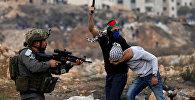 Израильские полицейские под прикрытием при поддержке военных задерживают палестинских активистов после демонстрации и столкновений
