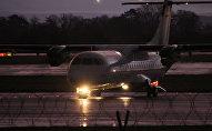 Самолет ATR-42 на взлетно-посадочной полосе
