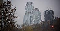 Пасмурная погода в Тбилиси - в кадре элитный жилой комплекс и бизнес-центр King David