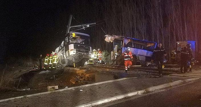 ВоФранции 4 ребенка погибли при столкновении поезда ишкольного автобуса