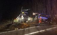 Спасатели работают на месте катастрофы во Франции, где школьный автобус столкнулся с поездом. В результате ЧП погибли четверо детей и около 20 человек получили ранения