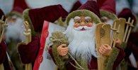 Дед Морозы на новогодней распродаже в одном из торговых центров