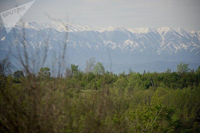 Поле и вид на горы в регионе Имерети Западная Грузия