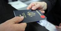 Пассажир предъявляет паспорт гражданина США