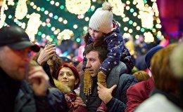 Люди фотографируются на память у главной новогодней елки Грузии на проспекте Руставели