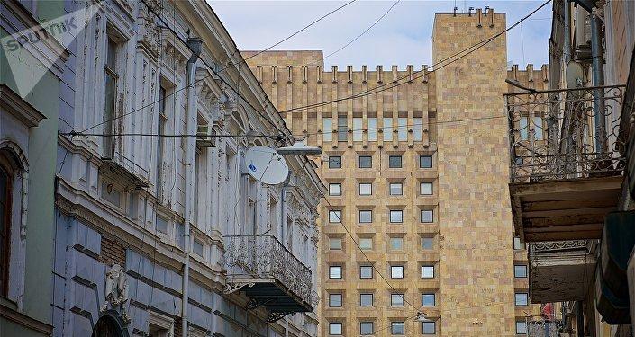 Вид на здание администрации правительства Грузии с улицы Сулхан-Саба Орбелиани